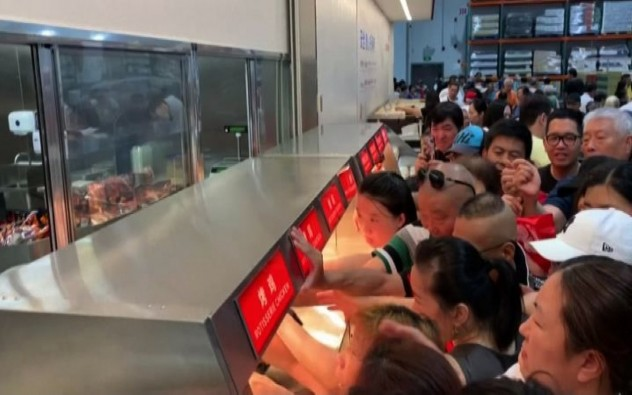 Scene di follia all'inaugurazione del supermercato Costco in Cina