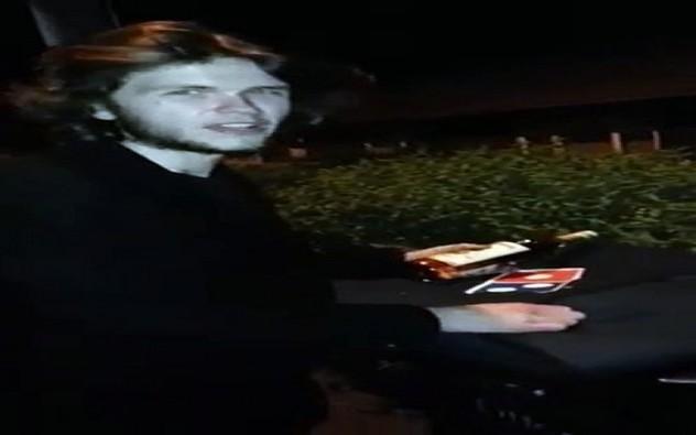 Il tombe sur un scooter Dominos Pizza avec un pizza dedans !